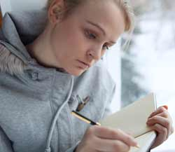 Γυναίκα γράφει ημερολόγιο